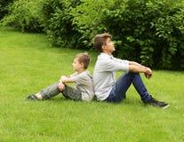 2 брать имеют потеху в парке - временя Стоковые Изображения