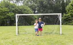 2 брать имея потеху играя с шариком Стоковое фото RF