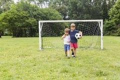 2 брать имея потеху играя с шариком Стоковое Изображение