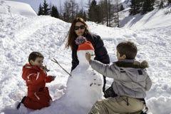 2 брать и мать с снеговиком Стоковое фото RF