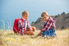 2 брать идя в горы около моря Стоковые Изображения