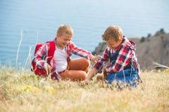 2 брать идя в горы около моря Стоковое Изображение