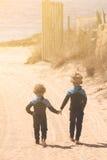 2 брать идя на пляж Стоковое Изображение RF