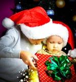 2 брать который раскрывают коробку рождества подарков на Новом Годе Стоковые Изображения RF