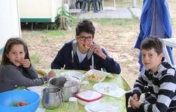 3 брать к обедающему на таблице в бунгале Стоковое Фото