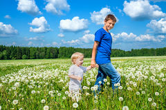 2 брать, малого ребенок и подросток Стоковое Изображение RF