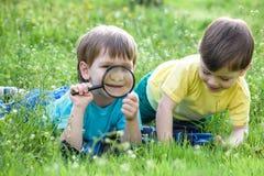 2 брать мальчиков с лупой outdoors Стоковые Фото