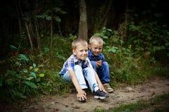 2 брать обнимая один другого внешний Стоковая Фотография RF