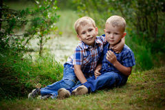 2 брать обнимая один другого внешний Стоковая Фотография