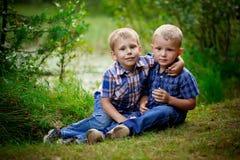 2 брать обнимая один другого внешний Стоковое Фото