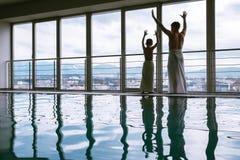 2 брать около бассейна курорта Стоковые Фотографии RF