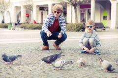 2 брать подавая голуби на старой европейской городской площади Стоковое фото RF