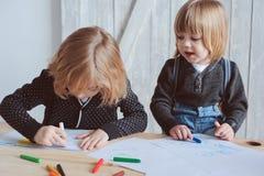 2 брать ребенк рисуя совместно дома Счастливые отпрыски тратя время совместно Стоковая Фотография RF