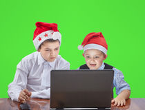 2 брать смотря компьтер-книжку сидя на таблице Стоковая Фотография