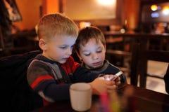 2 брать с smartphones Стоковые Фотографии RF