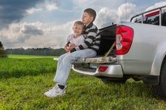 2 брать siiting на багажнике автомобиля на естественном Стоковая Фотография RF