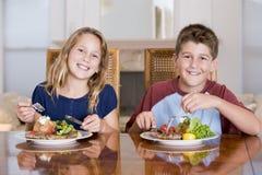 брат есть сестру mealtime еды совместно стоковая фотография rf