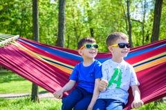 Брат и мальчик ослабляя в гамаке на каникулах Стоковое Изображение