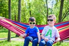 Брат и мальчик ослабляя в гамаке на каникулах Стоковые Изображения RF