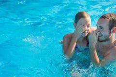 Брат и сестра в бассейне стоковые изображения rf