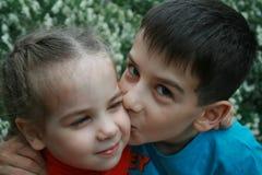 Брат и сестра в парке стоковая фотография rf