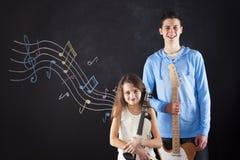 Брат и сестра делая музыку Стоковые Фотографии RF