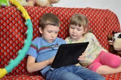 Брат и сестра играют самолет-таблицу Стоковое фото RF