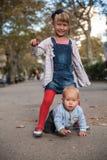 Брат и сестра играя на улице Стоковое фото RF