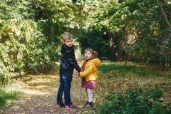 Брат и сестра идя в город осени паркуют Стоковая Фотография RF