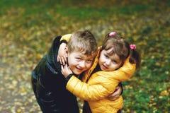 Брат и сестра идя в город осени паркуют Стоковое Изображение
