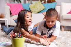 Брат и сестра изучают совместно Стоковые Изображения RF