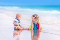 Брат и сестра на пляже Стоковая Фотография RF