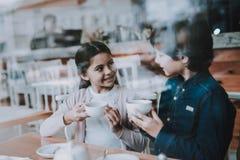 Брат и сестра отдыхают в кафе стоковое изображение