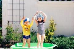 Брат и сестра принимая ванну на открытом воздухе стоковая фотография