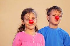 Брат и сестра с носами клоуна Стоковое Изображение RF