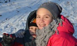 Брат и сестра усмехаются Стоковые Изображения RF