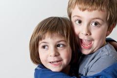 брат обнял сестру Стоковое Фото