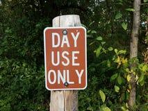 Браун и белый день используют только знак на деревянном столбе в лесе стоковое фото rf