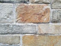 Браун и серые камни в стене сделанной естественных камней с минометом, изменением цвета стоковое фото rf