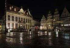 Бремен, Германия - 12-ое марта 2018 - историческая рыночная площадь в Бремене, Германия с торговой палатой и различное другое ист стоковые фотографии rf