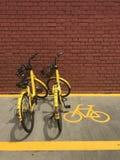 бренд ` ofo ` bicycles автостоянка в месте для стоянки перед зданием парка Everton, Сингапуром Стоковые Изображения RF