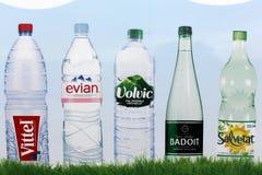 Бренды воды в бутылках в Франции на стене Стоковые Изображения