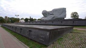 Брест, Беларусь - 25-ое сентября 2016: некрополь и памятник смелости в крепости Бреста сток-видео