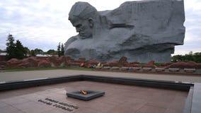 Брест, Беларусь - 25-ое сентября 2016: Памятник смелости и вечное пламя в крепости Бреста акции видеоматериалы
