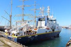 БРЕСТ, ФРАНЦИЯ - 18-ОЕ ИЮЛЯ: Французская океанографическая шлюпка Thalassa внутри Стоковые Фото