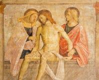 БРЕШИЯ, ИТАЛИЯ, 2016: Фреска ренессанса захоронения Иисуса с девой марией и St. John Стоковая Фотография