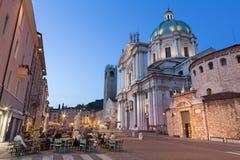 БРЕШИЯ, ИТАЛИЯ, 2016: Dom на сумраке вечера (Duomo Nuovo и Duomo Vecchio) Стоковые Фотографии RF