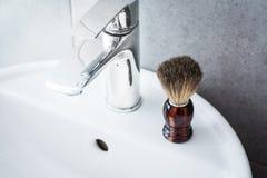 Брея щетка на washbasin в ванной комнате Стоковые Изображения RF