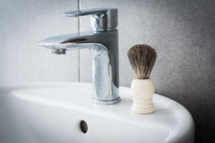 Брея щетка на washbasin в ванной комнате Стоковое Изображение