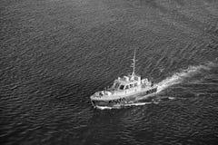 Бриджтаун, Барбадос - 12-ое декабря 2015: пилотный поплавок спасательной лодки в голубом море Морской переход пилотов и стоковая фотография